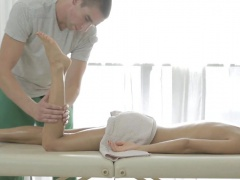 Agile masseur seduces slut to...